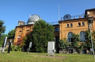 Die Wetterstation der Friedrich-Schiller-Universität Jena am Schillergäßchen. Im Hintergrund das Astrophysikalische Institut und die Universitätssternwarte.