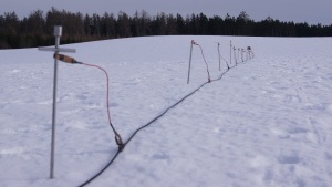 Alte Geoelektrik aufgebaut im Schnee